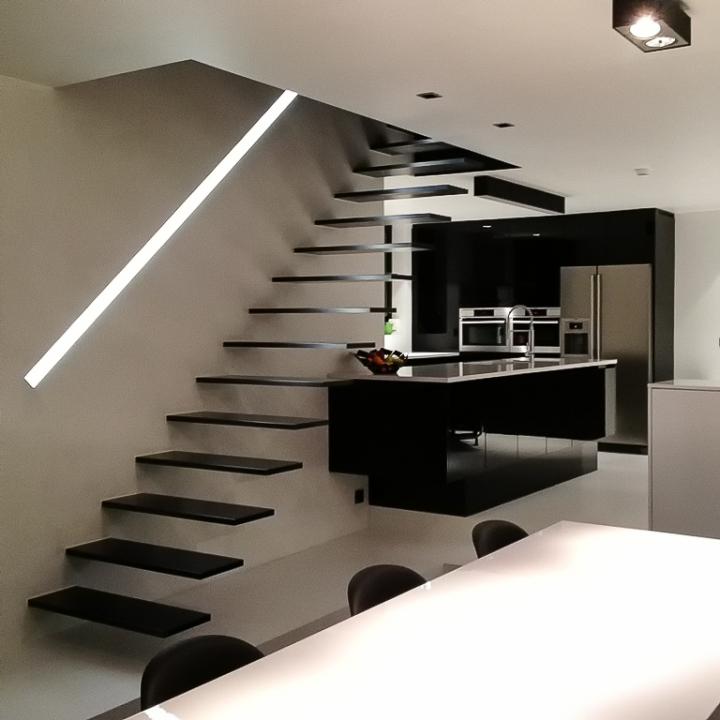 Zwarte zwevende trap