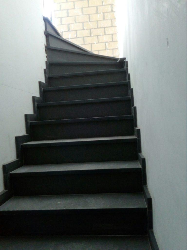 Betonnen trap met natuursteen © Tifre