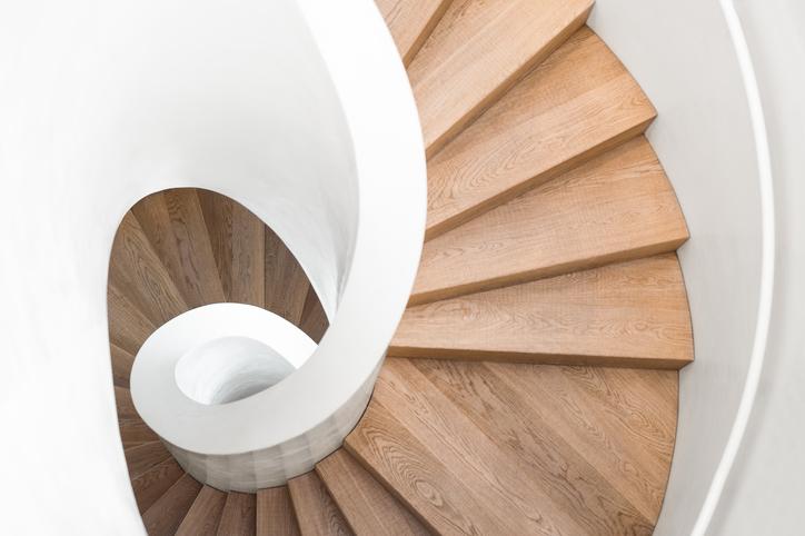Moderne houten trap met spiraalvorm