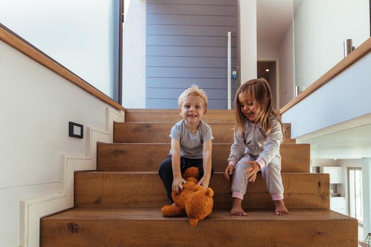 Moderne houten trap zonder leuning
