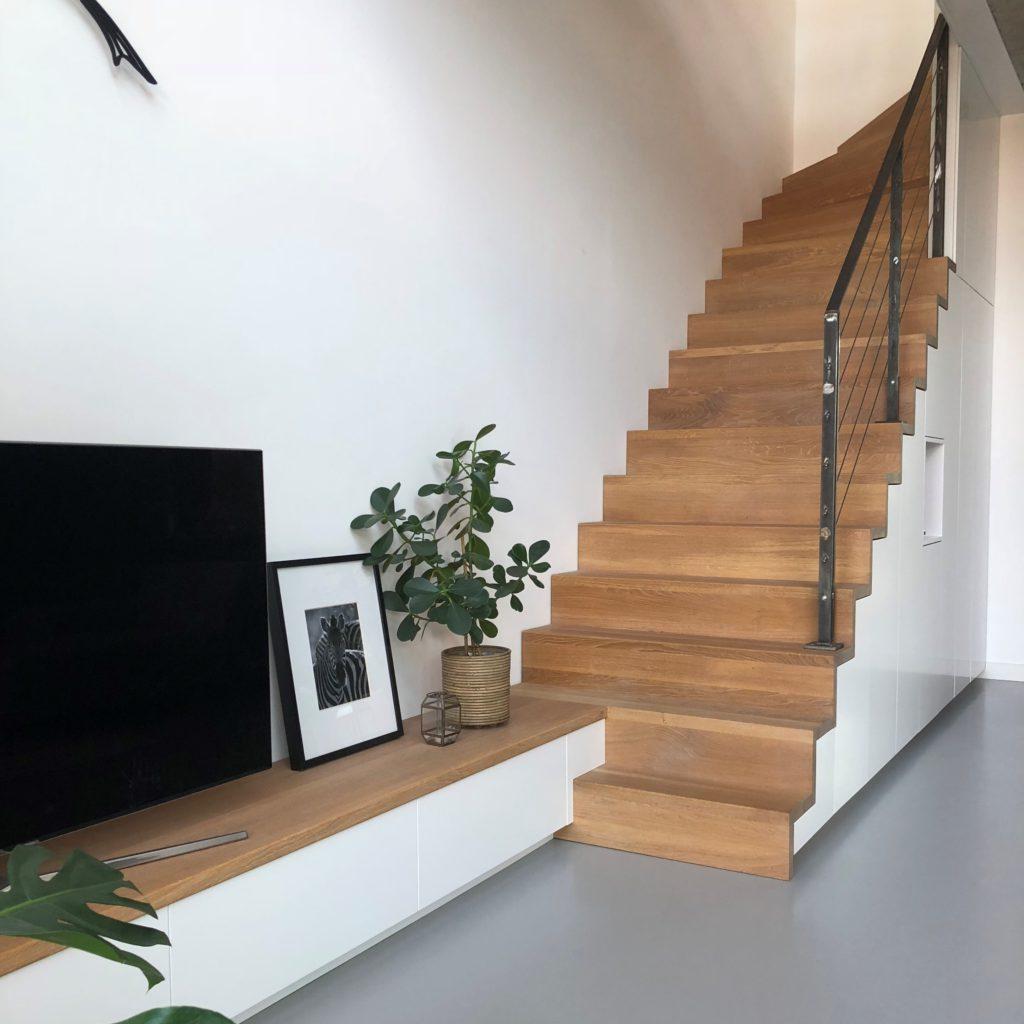 Trapkast met tv-meubel © Joro
