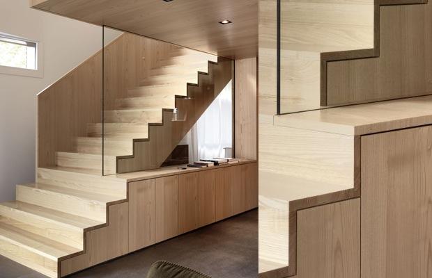 Betonnen trap met hout bekleed en ingebouwde kasten