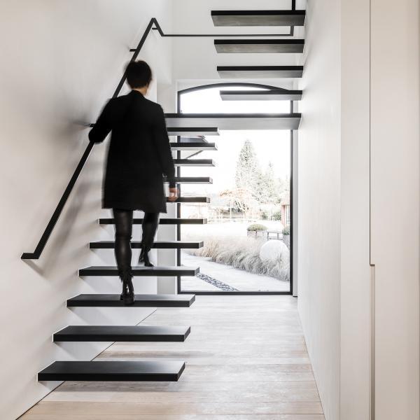 Zwevende metalen trap met black flat © Anyway Doors