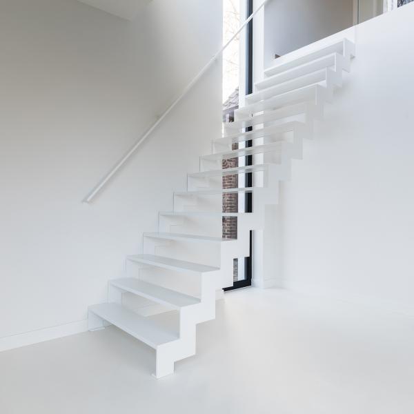 Witte metalen trap