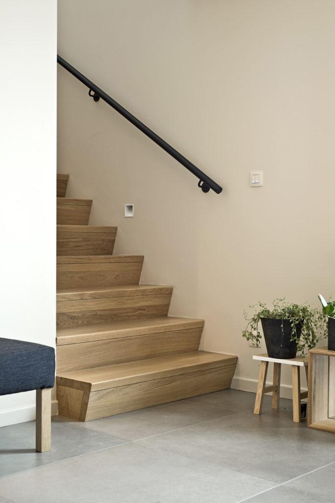 Moderne betonnen trap met hout bekleed © D'Hondt interieur