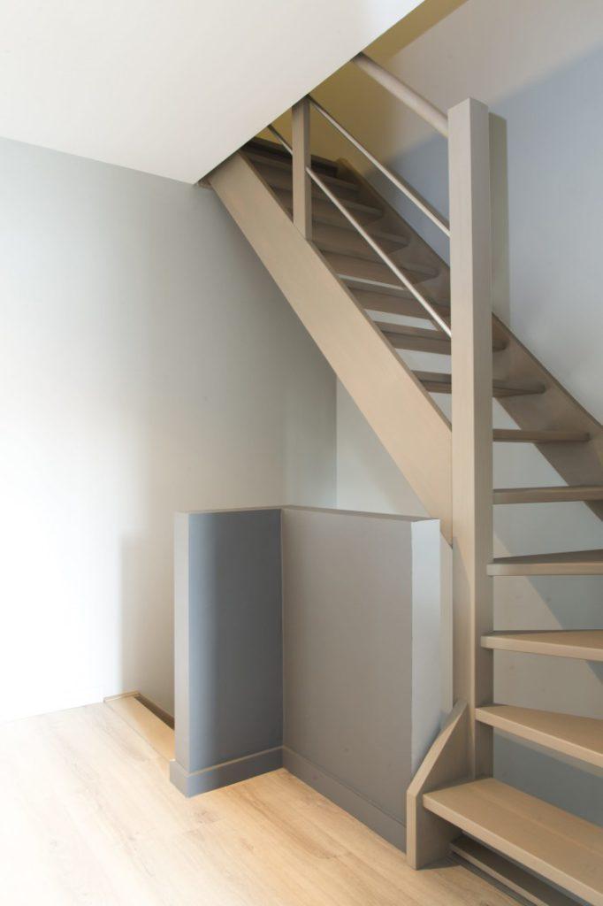 Beuken trap in moderne hal © Trappen Verschaeve