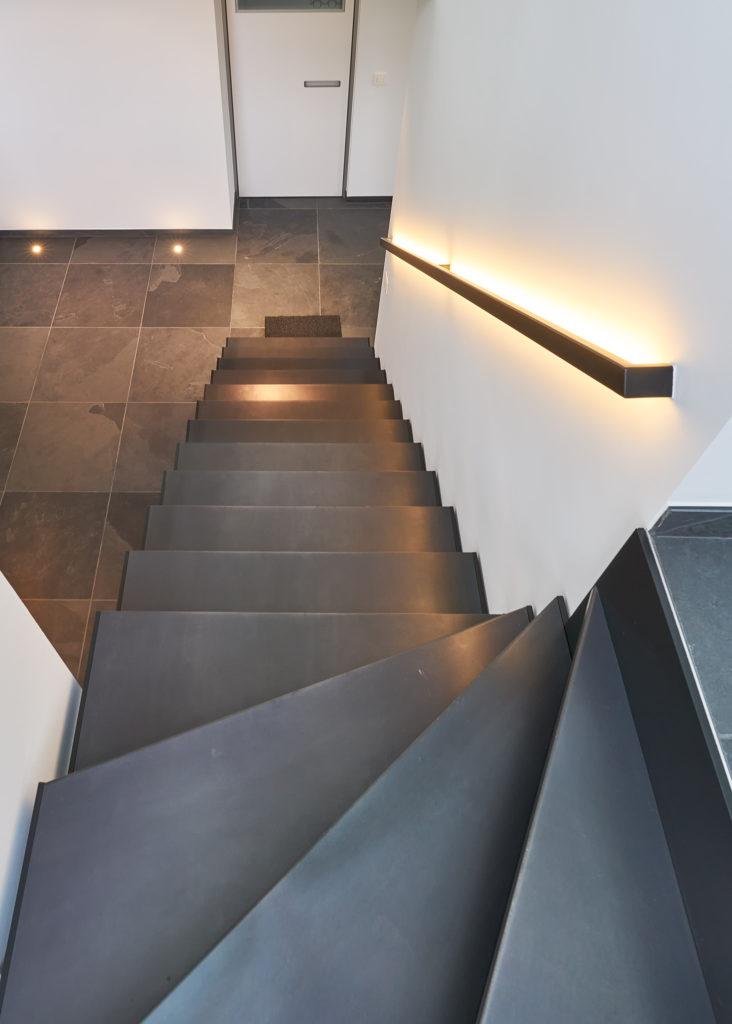 Zwarte trap in bruut staal © Anyway Doors